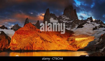 La laguna de Los Tres y el Monte Fitz Roy, espectacular amanecer, Patagonia, Argentina Foto de stock