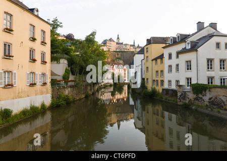 Vista desde el puente tradicional en el trimestre Grund con una imagen de espejo de la vieja ciudad de Luxemburgo