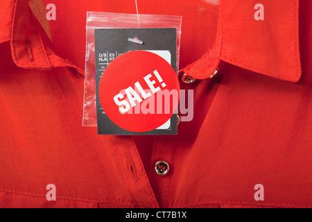 Venta tag sobre una blusa roja