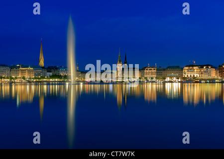 Hamburgo skyline tomada justo después del atardecer en la hora azul sobre el binnenalster.