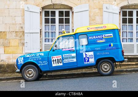 Renault 4L con la publicidad del patrocinador después de 2011 desierto marroquí Rally - Indre-et-Loire, Francia.