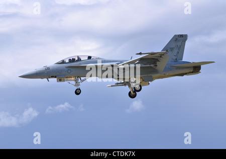 Boeing F/A-18F Super Hornet operado por VFA-122 de la US Navy en la aproximación para el aterrizaje en Farnborough International Airshow 2012