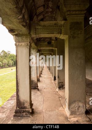 Muro del Templo de Angkor Wat en Camboya el día nublado