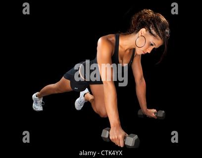 Ejercicio fitness bailarina pulse arriba haciendo ejercicio con pesas modelo deportivo contra el fondo negro iluminación de estudio.