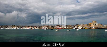 Vista panorámica con nubes de tormenta Barfleur Cherbourg la península de Normandía Francia