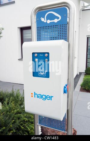 Estación de carga para el coche eléctrico de alta eficiencia energética moderna casa familiar en Alemania Foto de stock