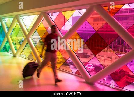 Corriendo de pasajeros en el Aeropuerto Internacional de Miami, el Rainbow Bridge.