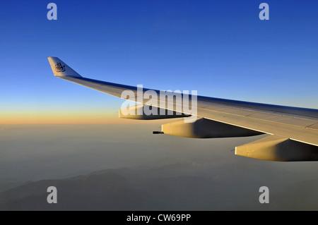 Izquierda y aerofoil wingtip dispositivo con el logotipo de Emirates