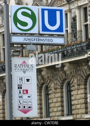 La estación de tren y metro llamada Jungfernstieg al Rathauspassage en Hamburgo, Alemania, Hamburgo Foto de stock