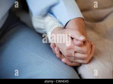 Las manos de la pareja Senior