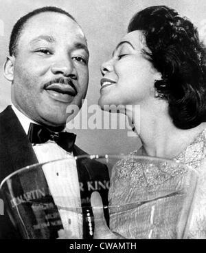 El Dr. Martin Luther King Jr., siendo felicitado por esposa Coretta Scott King, después de haberse presentado con un tazón Steuben-Glass