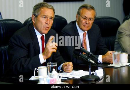 El Presidente de Estados Unidos George W. Bush responde a una pregunta acerca de Osama bin Laden durante una conferencia de prensa celebrada tras la reunión con EE.UU.