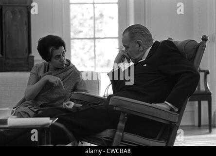 El presidente Lyndon Johnson reunión con el Primer Ministro de India, Indira Gandhi. Gandhi, la hija de Jawaharlal Nehru, se convirtió en PM Foto de stock