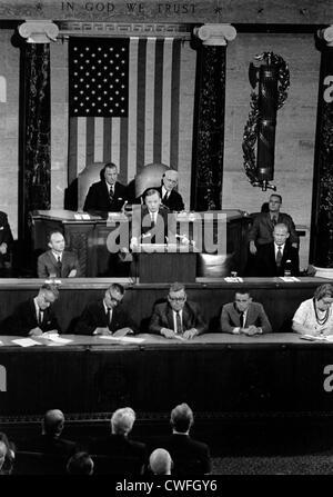 El astronauta de la NASA Neil Armstrong aborda una sesión conjunta del Congreso el 16 de septiembre de 1969 en Washington, D.C. Foto de stock