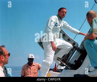 El astronauta de la NASA Neil Armstrong en la cubierta de la NASA Motor buque Retriever antes de participar en la formación de salida de agua en el Golfo de México el 24 de mayo de 1969. Foto de stock
