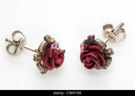 Par de pequeña rosa roja stud earrings Foto de stock