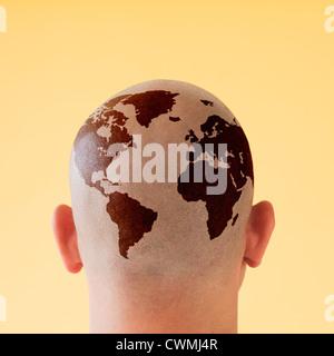 Vista posterior del hombre con mapa del mundo en la cabeza rapada