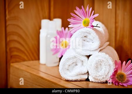 Laminada blanca hasta toallas de spa con productos para el cuidado del cuerpo