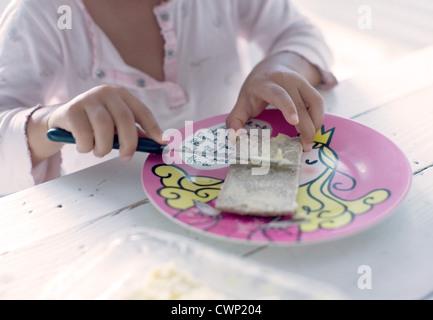 Niño preparando snack, recortadas