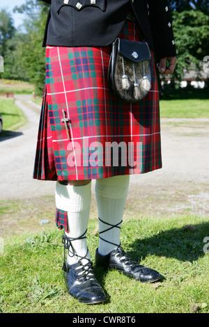 Hombre vestido con traje tradicional escocés incluido el clan fraser tartan falda sporran manguera y brogues Escocia uk