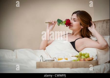 Bandeja de desayuno en la cama en la habitaci n del hotel foto imagen de stock 118139393 alamy - Bandeja desayuno cama ...