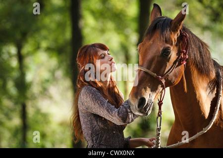 Mujer caballo caminando en el bosque Foto de stock