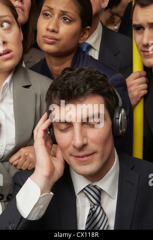 La empresaria usando audífonos en metro