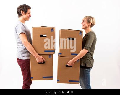 Auszug Symbolfoto umziehen Umzug,,. Junges Paar trägt Umzugskartons. Pappkarton Umzugskisten aus.