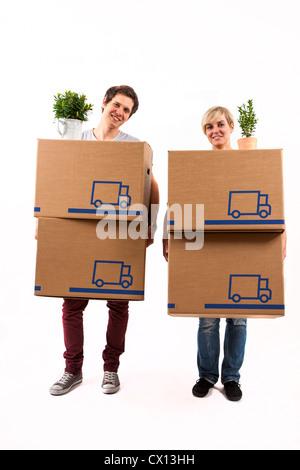 Auszug Symbolfoto umziehen Umzug,,. Junges Paar trägt Umzugskartons und Zimmerpflanze. Pappkarton Umzugskisten aus.