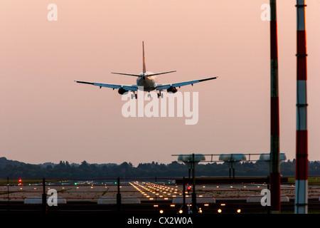 Avión de pasajeros acercándose a el Aeropuerto Internacional de Dusseldorf. Alemania.