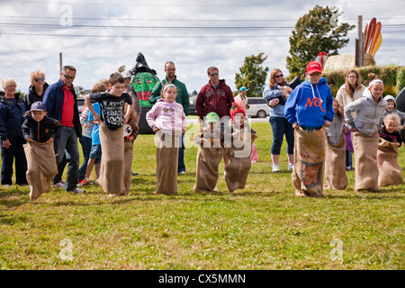 Niños en la carrera de sacos de patatas en el Espantapájaros Festival anual celebrado en Summerside, Prince Edward Island, Canadá. Foto de stock
