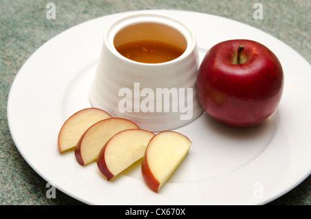 Comida tradicional judía, manzana y miel para la festividad de Rosh Hashaná (Año Nuevo judío).