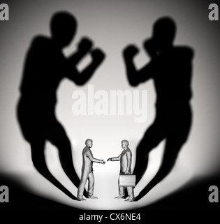 Dos propietarios proyectan una sombra con forma dos luchadores Foto de stock