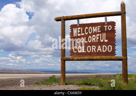 Bienvenido a Colorado coloridos carteles estado signo marcador hiway 285 co masa de nube de partículas de agua en el aire