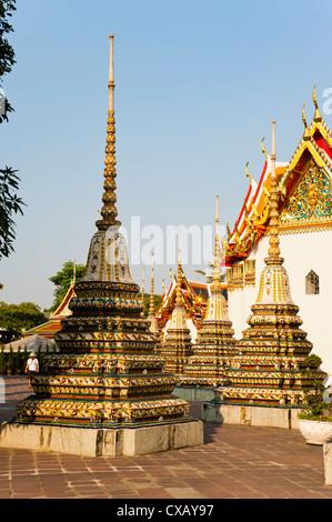 Colorido stupa en templo del Buda Reclinado (Wat Pho), Bangkok, Tailandia, el sudeste de Asia, Asia