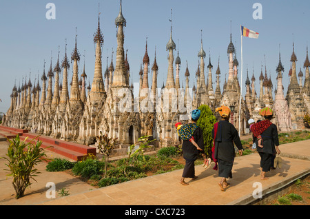 Las mujeres que ingresan en el Pa-Oh pagoda Kakku en día festivo, Kakku, Sur del Estado de Shan, Myanmar (Birmania), Foto de stock