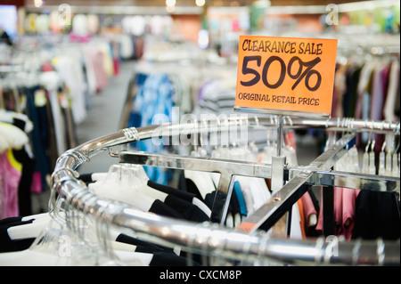 Liquidación venta etiqueta en tienda de ropa