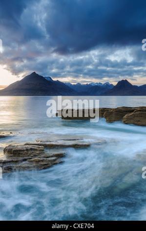 Atardecer en la playa Elgol en Loch Scavaig, montañas Cuillin, Isla de Skye, Escocia Foto de stock