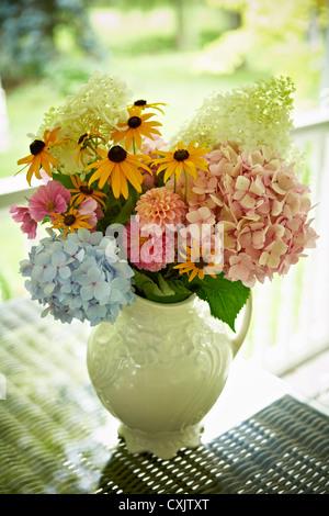 Flores frescas en un jarrón, Bradford, Ontario, Canadá
