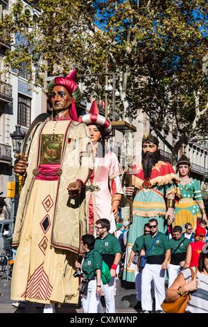 Los Gegants (Gigantes) desfile a lo largo de la calle de La Rambla durante La Mercè, Barcelona, Cataluña, España