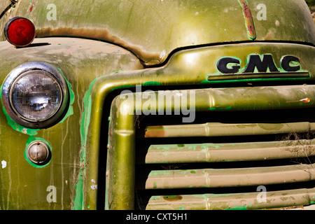 Cerca de la parte delantera del camión granja GMC vintage.