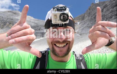 Joven, excursionista de montaña con una GoPro HD Video cámara montada en la cabeza, el Parque Nacional de las montañas de Karwendel, Tirol, Austria