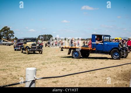 Vehículo antiguo desfile en Clunes anual muestran en la pequeña ciudad rural de Clunes, Australia.