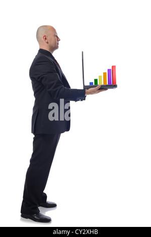Hombre presentando un crecimiento portátil gráfico en vista lateral sobre fondo blanco.