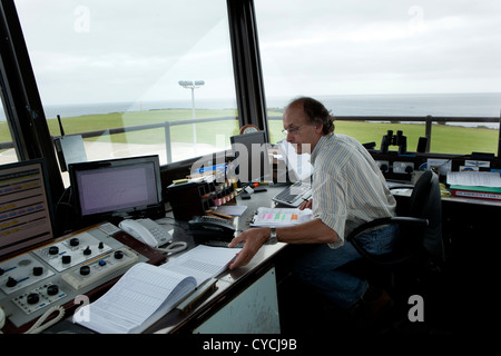 Un controlador de tráfico aéreo en la torre en Isles of Scilly Aeropuerto, St Mary's, Scilly