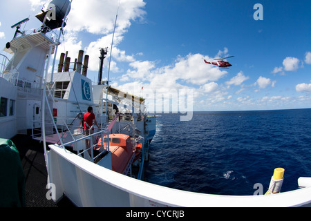 Salida en helicóptero desde el buque sísmico offshore CGG Alizé. Buque moviendo cables sísmicos de remolque.