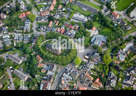 Los Países Bajos, Raerd, antena. El centro del pueblo con la iglesia en el monte. Foto de stock
