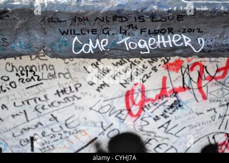 """'Vienen juntos"""". Mensajes en el muro exterior de Estudio de Abbey Road, Londres. Se hizo famoso por los Beatles Abbey Road álbum."""