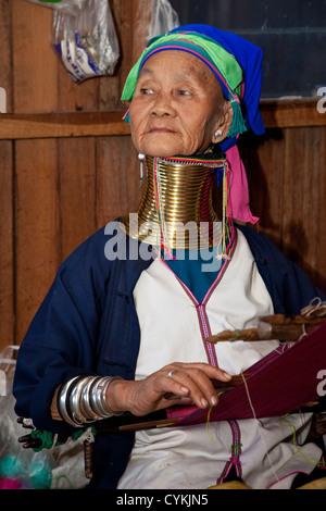 Myanmar, Birmania. Padaung mujer con cuello de latón bobinas, Lago Inle, el Estado de Shan. Los Padaung son también llamados Kayan Lahwi.