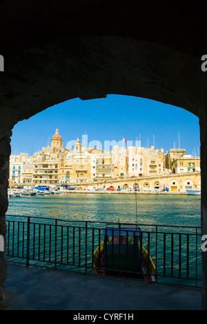 Los edificios vistos desde un arco, Grand Harbour, Valletta, Malta